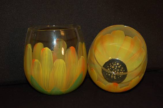 A Stemless Sunflower Glassware paint nite project by Yaymaker